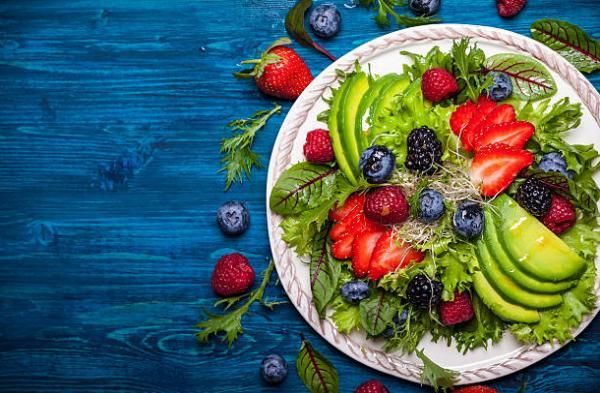 авокадо, зелена салата, горски плодове