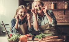 майка и дъщеря в кухня