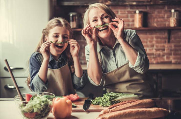майка и дъщеря в кухня, салата, хляб