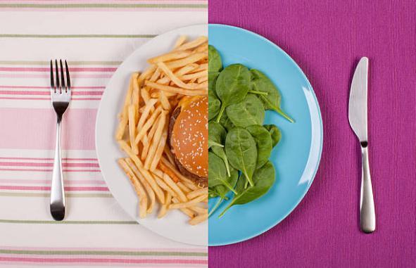 Чиния с бургер, картофи, спанак