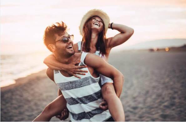 щастлива двойка на плажа