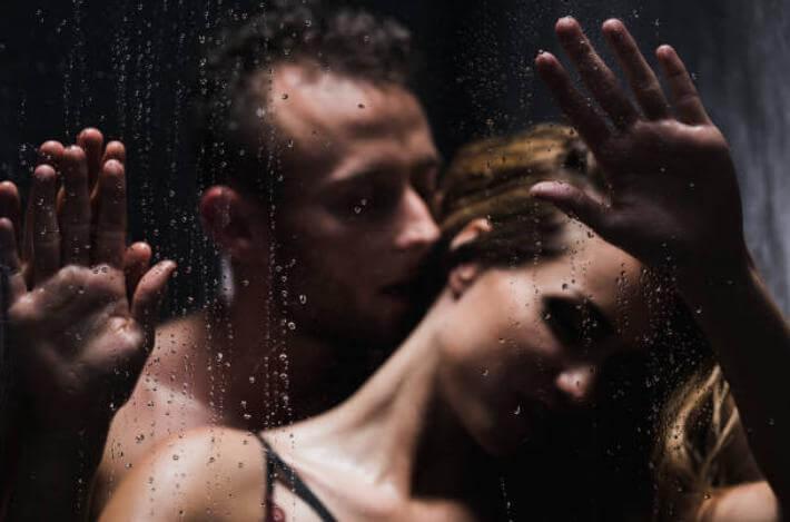 любовна игра под душа между мъж и жена