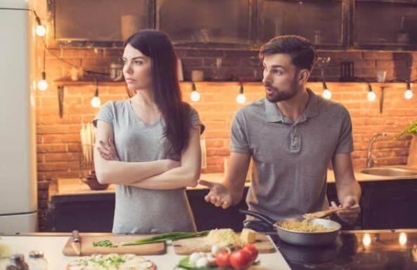 двойка, която се кара в кухнята