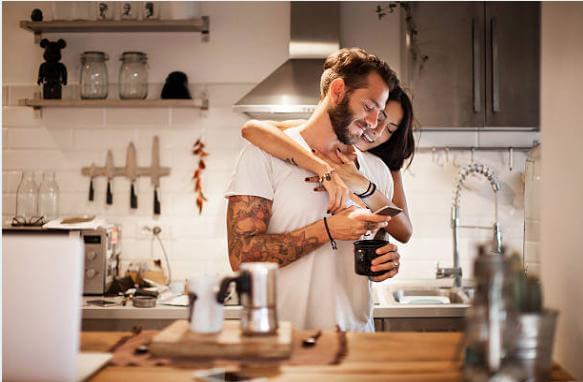 влюбена двойка в кухнята