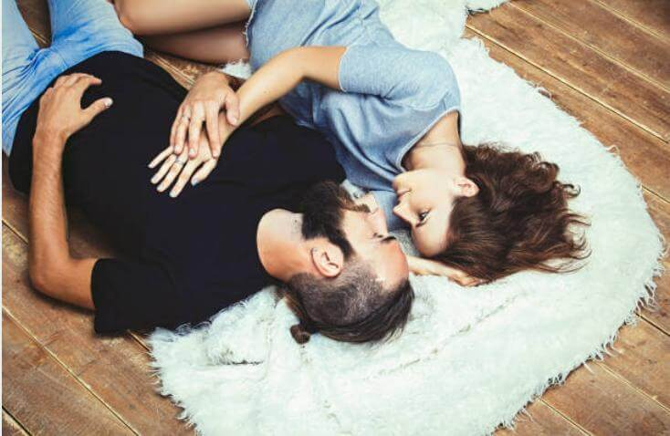 интимна двойка на пода
