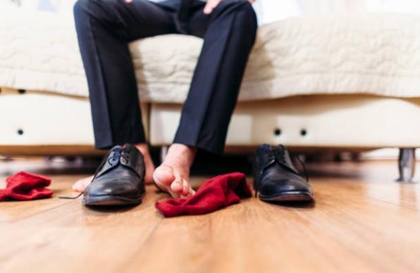 мъжки крака и обувки, чорапи
