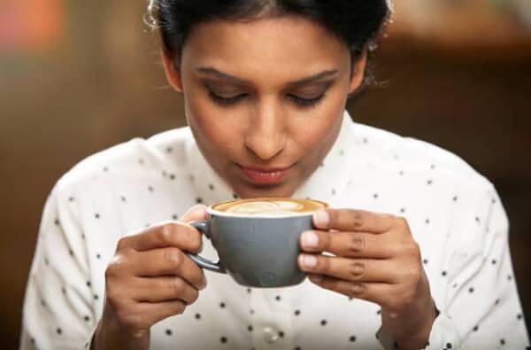 жена, чаша кафе